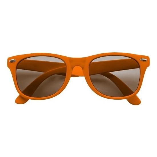 012ed4a41aa257 Oranje zonnebril met plastic montuur voor volwassenen. Deze hippe ...